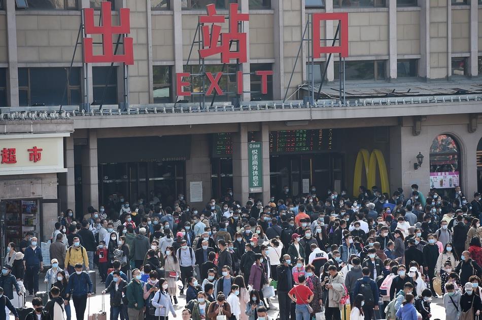 2020年10月6日,北京迎来国庆中秋假期返程高峰,各大火车站陆续出现明显的返京客流。北京火车站,抵京旅客有序出站。 视觉中国 图