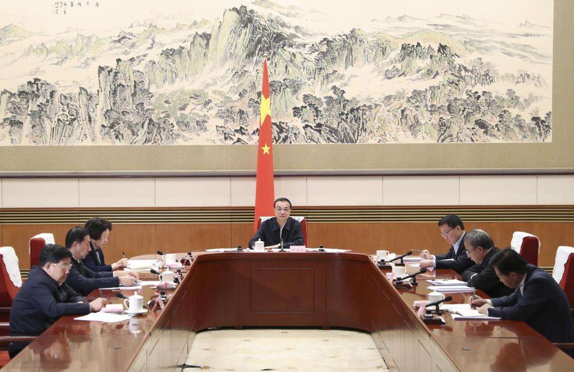 10月12日,中共中央政治局常委、国务院总理李克强在北京主持召开部分地方政府主要负责人视频座谈会,研究分析经济形势,推动做好下一步经济社会发展工作。新华社 图
