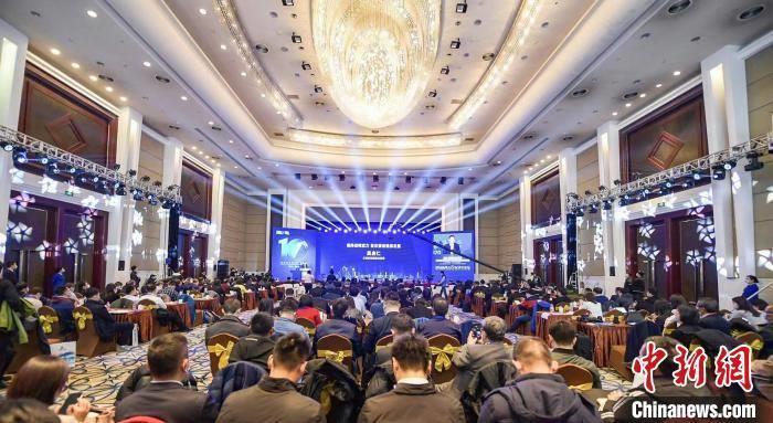 """27日下午,""""2020能源转型论坛暨第十届全球新能源企业500强峰会""""在山西太原举行。 《中国能源报》社 供图"""