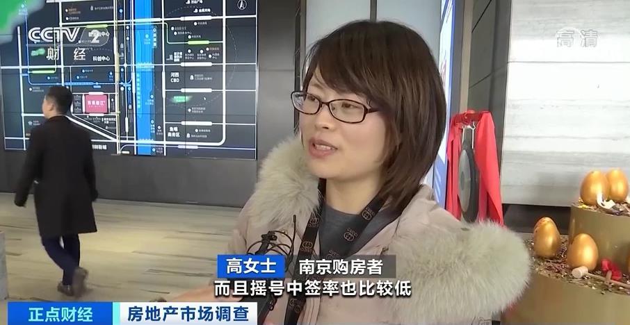南京购房者 高女士:看中了它的未来、规划和学区,离学校比较近。江北核心区也看了一两个楼盘,但是首付太高了,而且摇号中签率也比较低,所以就考虑这边了。
