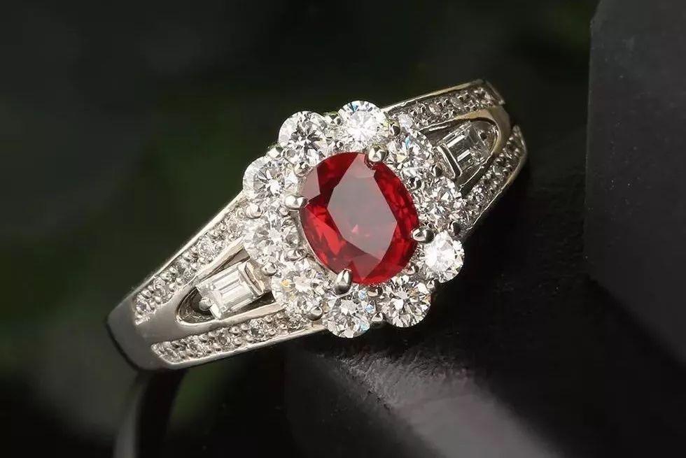 钻石围镶鸽血红红宝石戒指