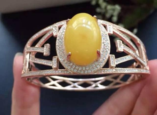 蜜蜡手镯镶嵌款式,这可能是离你最近的蜜蜡手镯!