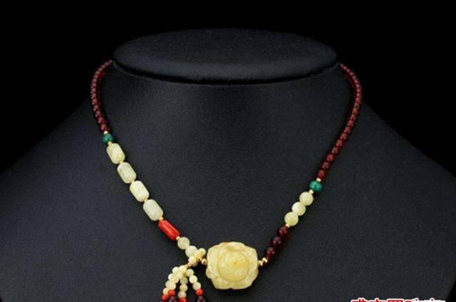 琥珀项链的功效与作用,听说戴上能使人年轻10岁!