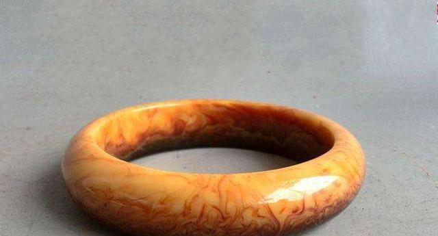 西藏蜜蜡手镯真的存在吗,如果是为什么这样少见呢?