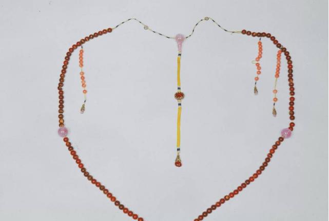 金珀与水晶的朝珠价值,什么是朝珠?