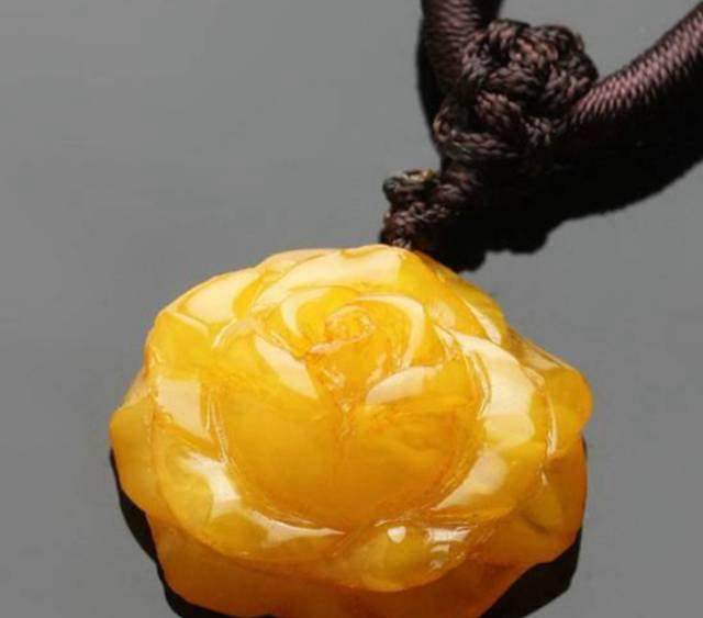 蜜蜡玫瑰花吊坠价格,千万不要被她看到!