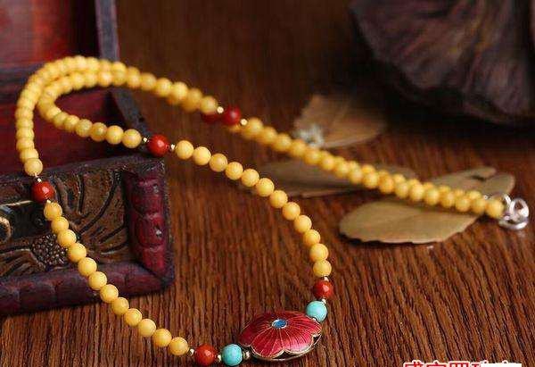 如何挑选适合自己的南红蜜蜡项链?