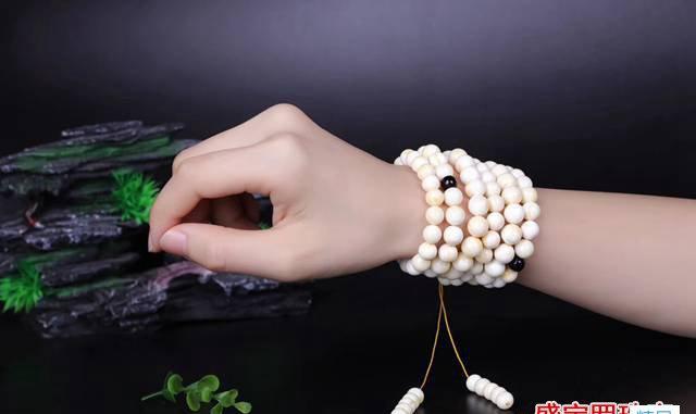 白花蜜蜡和白蜜蜡有啥区别,为什么很多人买完就后悔?