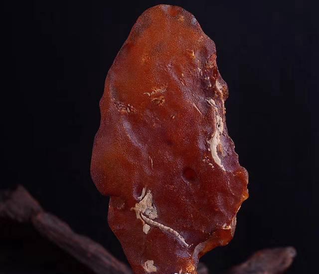 琥珀绿色原石价格如何判断,琥珀原石价格多少钱?