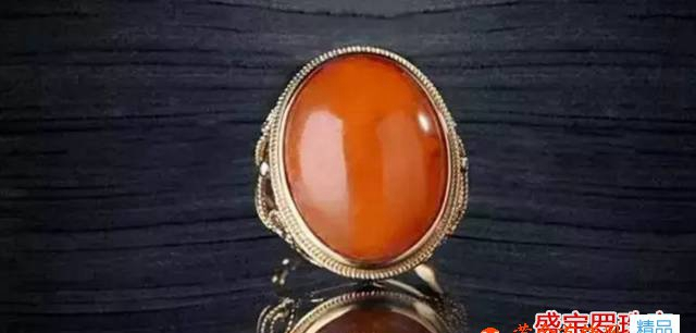 红色蜜蜡戒指,亲,你说的是红皮老蜜蜡戒指吧!