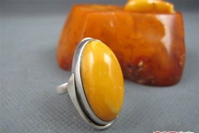 蜜蜡戒指的厚度,在佩戴上有什么讲究呢?
