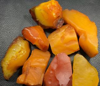 琥珀原石一克多少钱,原石为什么比成品便宜?