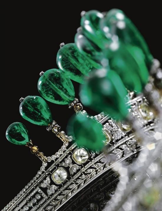 世界最昂贵头饰:重达500克拉的祖母绿皇冠