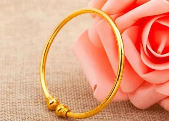 """女士佩戴黄金首饰更容易""""泛白""""?该如何处理泛白的金饰?"""