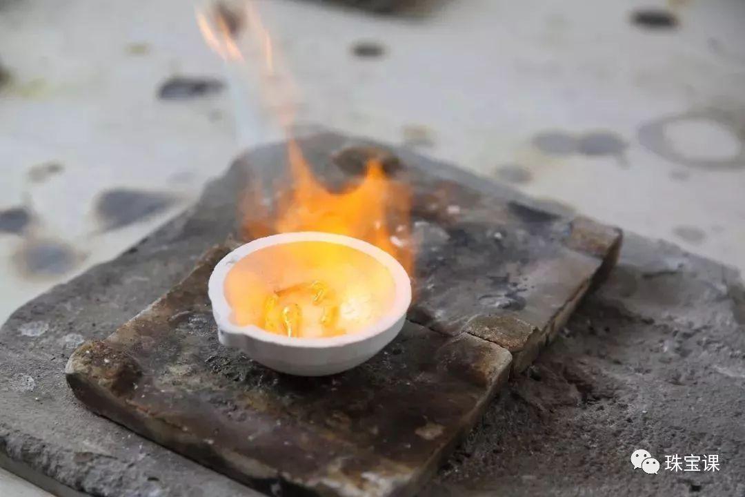 专柜买的足金小熊被烧成了灰?真金也怕火炼?【原来是硬金小熊】