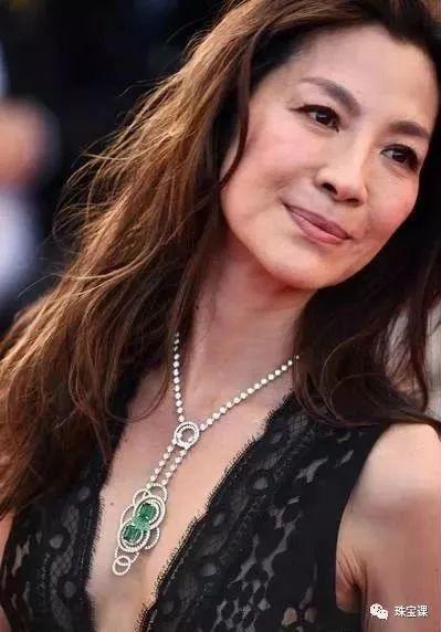 杨紫琼佩戴祖母绿、绿玉髓钻石项链