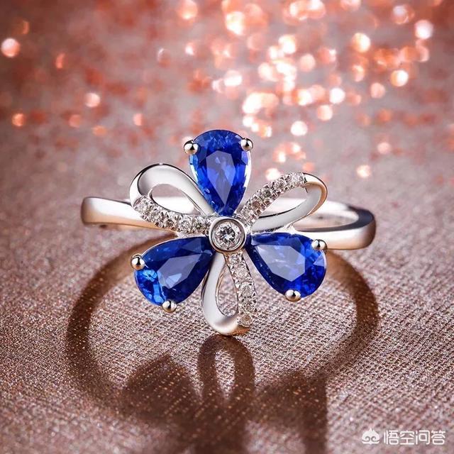 下图为白金蓝宝石钻石戒指