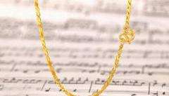 如何将黄金项链搭配的更好看