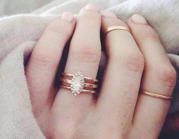 无名指、中指和食指分别戴一个戒指