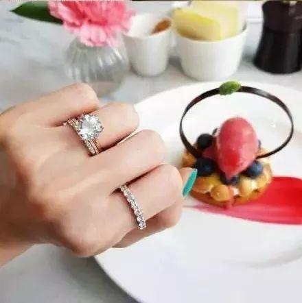 无名指和食指分别戴一个戒指