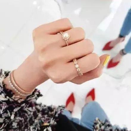 或是戒指和手镯的款式相呼应