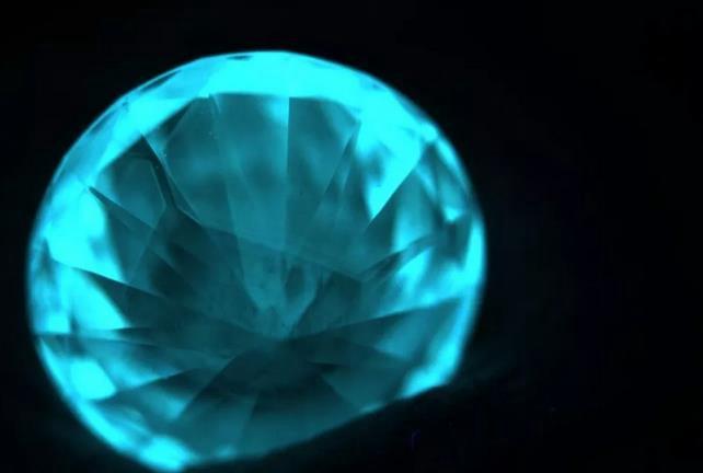 荧光的钻石