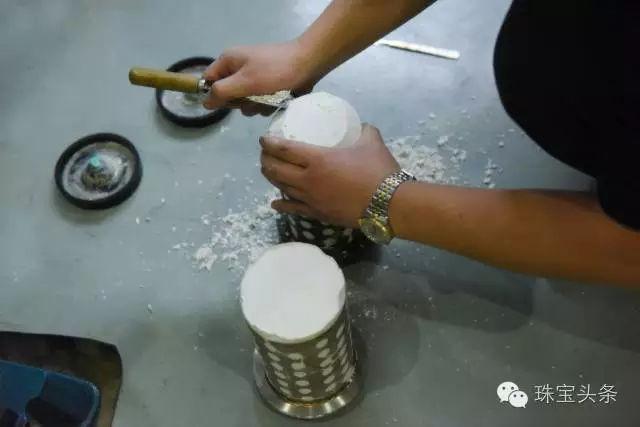 黄金首饰加工流程:将调和好的石膏倒入模具