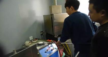 黄金首饰加工流程:液态黄金倒入仪器内的模具