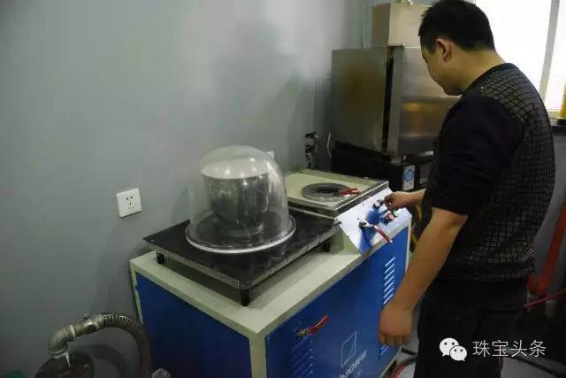 黄金首饰加工流程:将进口石膏粉与水调和