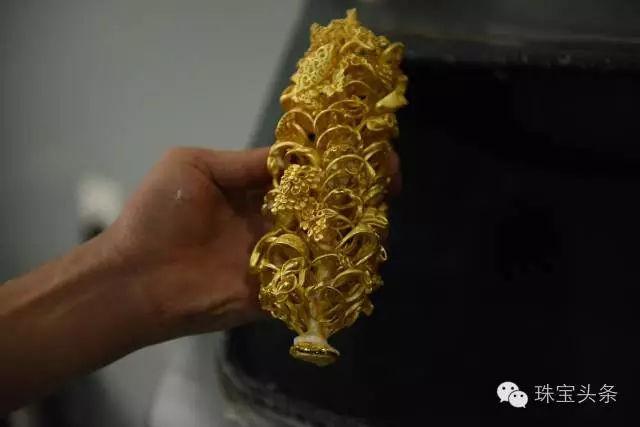 黄金首饰加工流程:放入水中降温