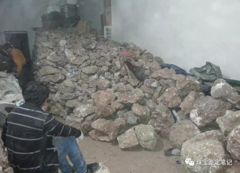 仓库里堆满了待售的珊瑚玉原石
