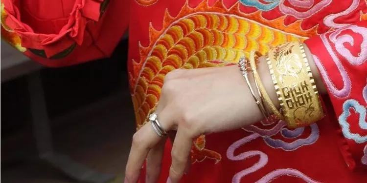 新娘戴80只手镯出嫁!南北方的婚嫁珠宝有什么差异?