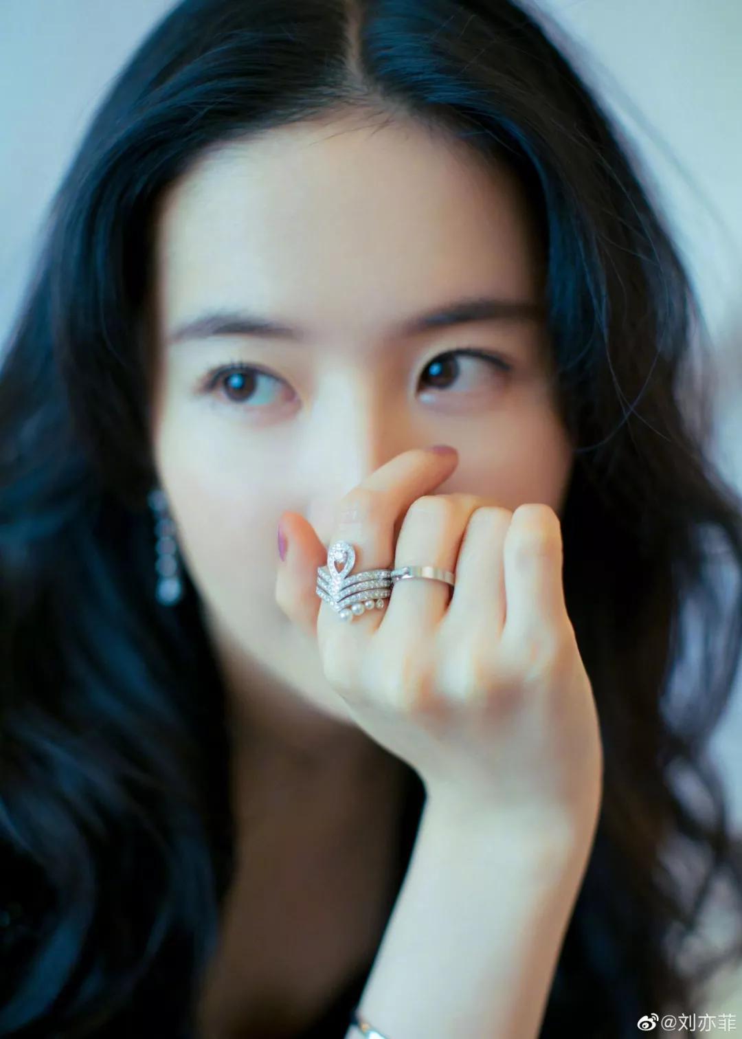今年最流行的戒指款式,就是刘亦菲戴的这款!