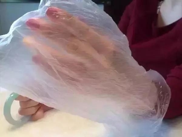 手镯摘不下去了怎么办?女生戴手镯疼成表情包,怎样才能优雅的把它摘下来?