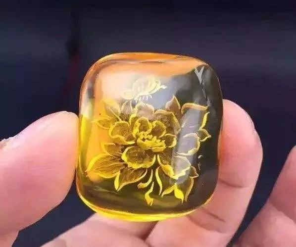 琥珀蜜蜡  最佳造型:牡丹雕花