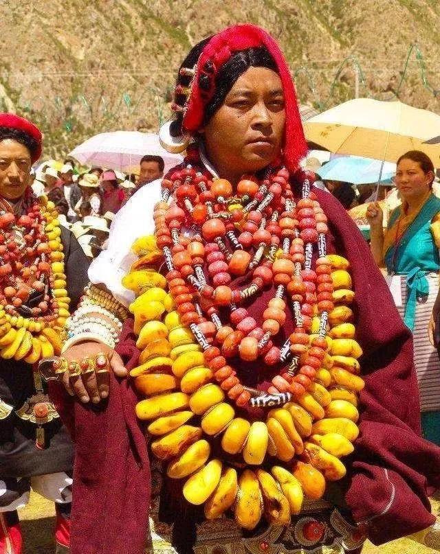 藏族苗族蒙古族的妹子,戴那么重的珠宝颈椎还好么?民族首饰