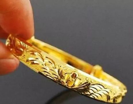 """懂黄金首饰的人,买时会仔细这""""3处"""",珠宝店主也夸赞:真内行"""
