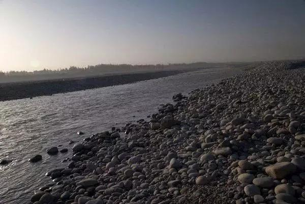 捡的石头怎样看出是玉?在河里捡石头怎么知道是不是玉