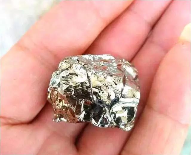 全球最贵的石头,2亿只能买1克,认识一下,万一路上看到...