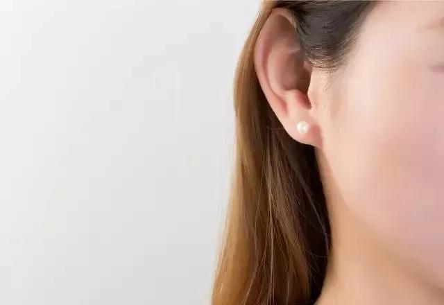 耳钉千万别乱戴,做错了这一点,耳洞会出大问题!