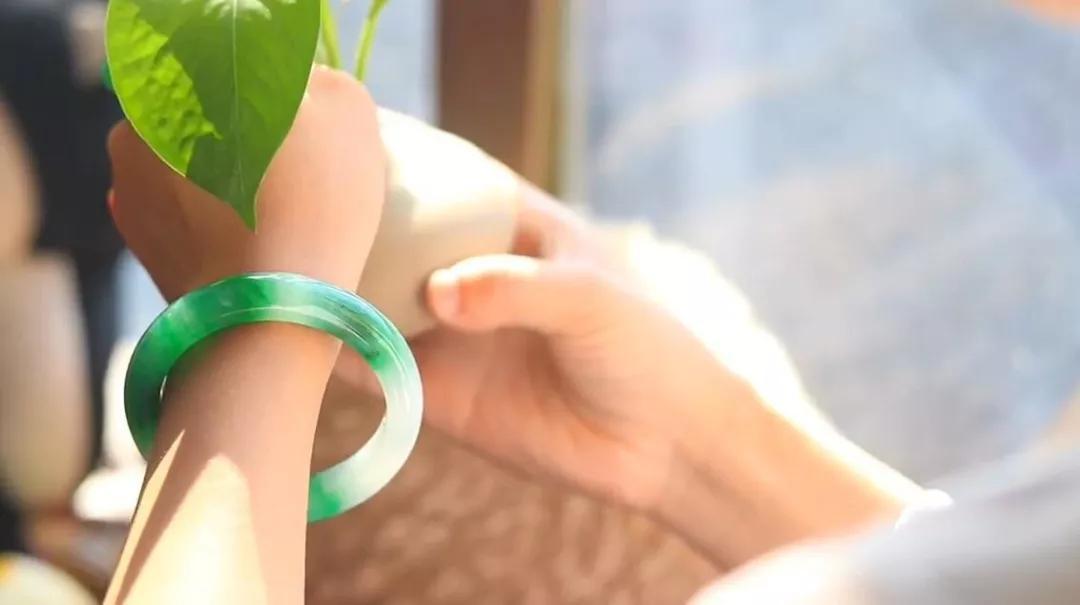 手镯只戴一只会破财,左进右出才吉利?手串、戒指也都不一样!