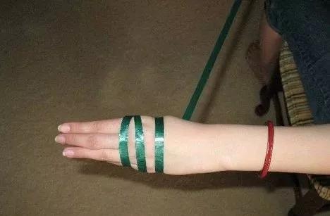 女生戴手镯疼成表情包,怎样才能优雅的把它摘下来?
