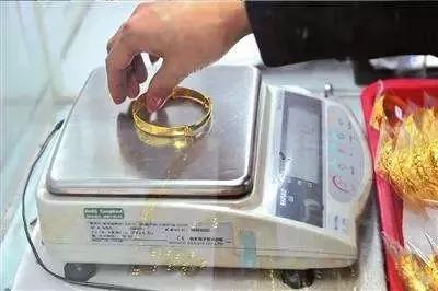 商场柜台的珠宝怎么买才最靠谱?三招揭秘商家惯用套路