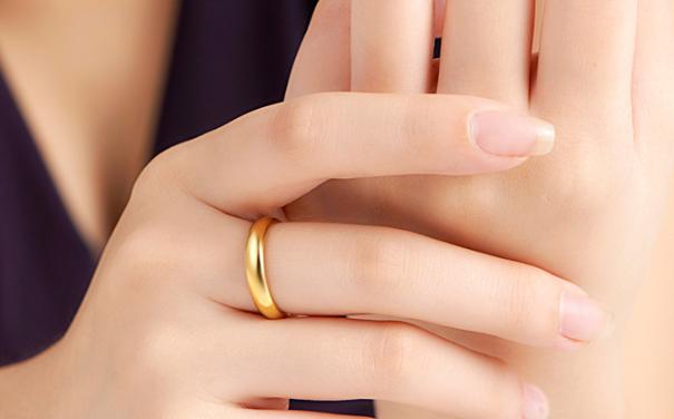 的戒指买白金还是黄金好?
