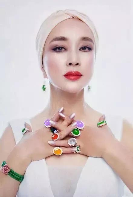 刘晓庆翡翠珠宝102亿,同款却只要1000元?会花钱的女人才是真的富!