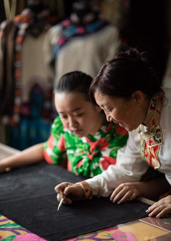 藏族大妈凭一根针净赚800万,爆红时尚圈!